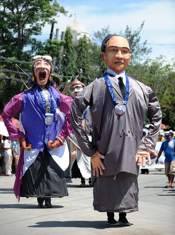 Песок, холмы и пучеглазые микрообезьяны — забавно, но совершенно недостаточно, чтобы развеять скуку маленького тропического острова. Чтобы совсем не свихнуться от тоски, бохольцы периодически развлекают себя карнавалами. Прогуливаться на жуткой жаре внутри огромной фигуры — достаточно экстремальная забава. Передний монстр изображает Карлоса Гарсию — восьмого президента Филиппин, уроженца Бохола. За ним следует местный священник Тамблот, в 1621 году возглавивший на Филиппинах религиозное восстание, с целью отказа от христианства и возврата и исконным верованиям аборигенов.