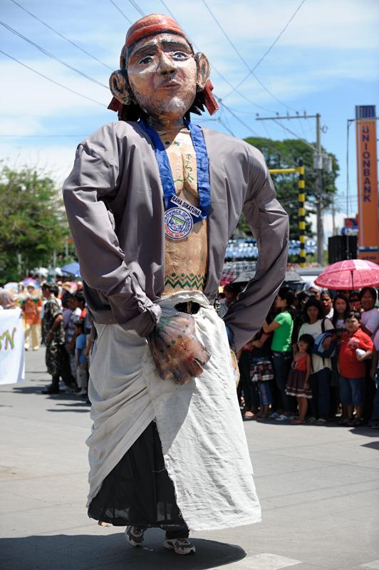 Ну и, наконец, наиболее весомый исторический персонаж — Дату Сикатуна. Местный правитель, подписавший в 1565 году «кровный договор» с испанцами. Договор был в буквальном смысле кровным, поскольку стороны смешали свою кровь с вином и славно обмыли событие этим пойлом.