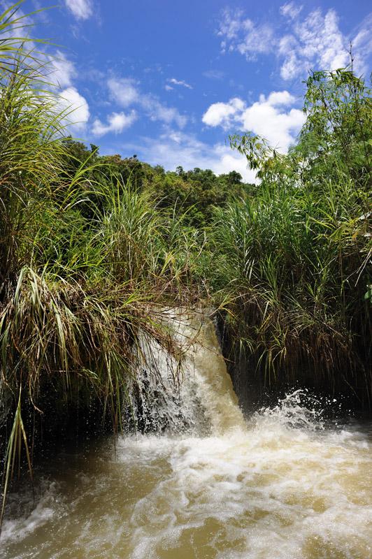 Впрочем, на реке можно без труда найти маленькую лодку, чтобы подобраться ближе к водопадам, и просто уединиться в прохладной тени прибрежных зарослей.