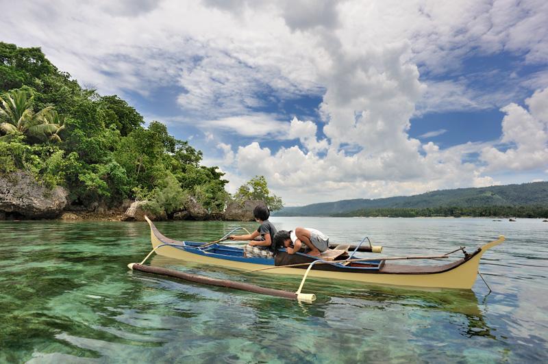 Прозрачная вода позволяет видеть снующий под лодкой обед.