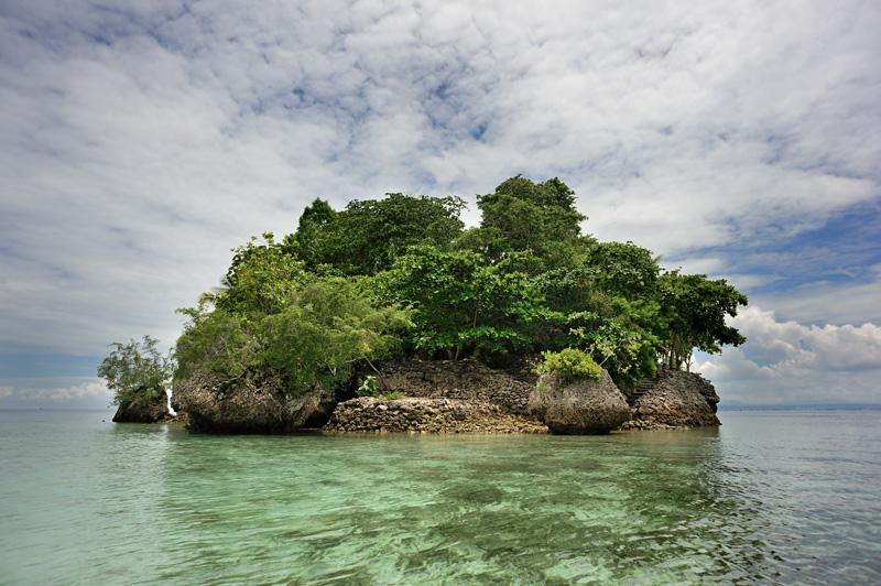 Для пущей красоты из воды в нужных местах торчат необитаемые острова.