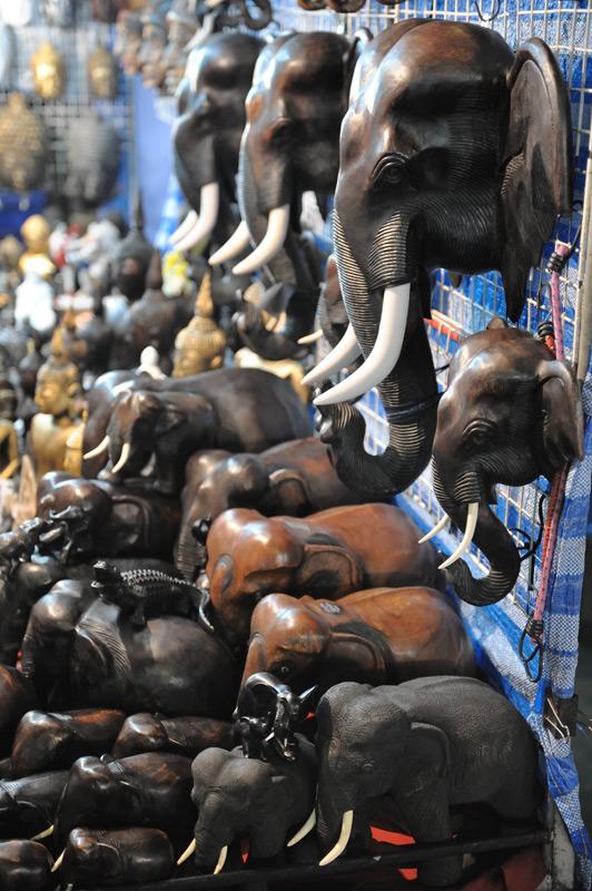 Плотно нафаршировав организм говяжьим стейком, можно перейти к культурной части программы — изучению ассортимента слонов в соседних лавках.