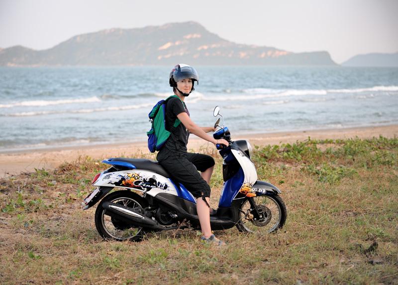 А это уже пляж Сам Рой Йот. Интересен как относительной близостью островов, пригодных для морского каякинга, так и собственно наличием мест, где можно арендовать сам каяк.