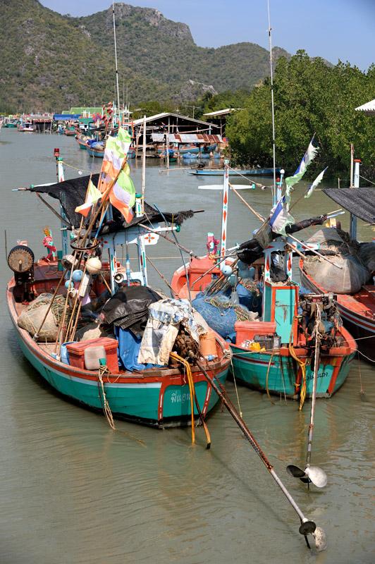 Порт Bang Pu в устье реки, недалеко от Сам Рой Йота. Начавшийся сезон штормов загнал многочисленные лодки в укрытие.