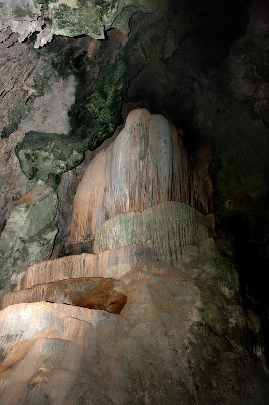 Внутри пещера примечательна многообразием сталагмитов разной степени пошлости.