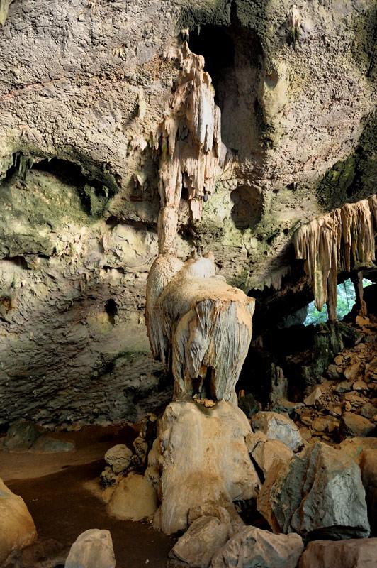 Стены пещеры, несмотря на интерес со стороны туристов, не исписаны надписями «здесь был Вася». Хотя один из посетителей не удержался напакостить — в 1890 году некий король Chulalongkorn в дальнем конце пещеры соорудил позолоченную будку.