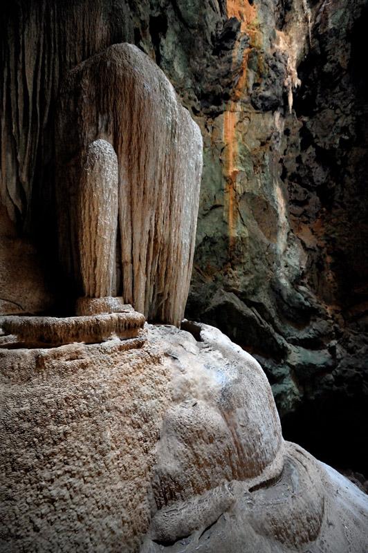 Сталагмиты на ощупь сухие. Или климат пещеры изменился, или для роста подобных сооружений избытка воды не требуется.