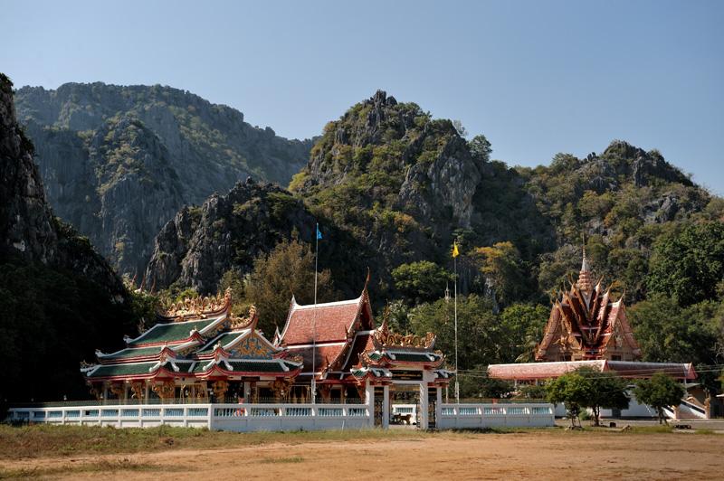 Wat Khao Daeng — церквушка у одноименной деревушки. Примечательна тем, что напротив храма можно найти плавсредство для прогулки по извилистым окрестным каналам.