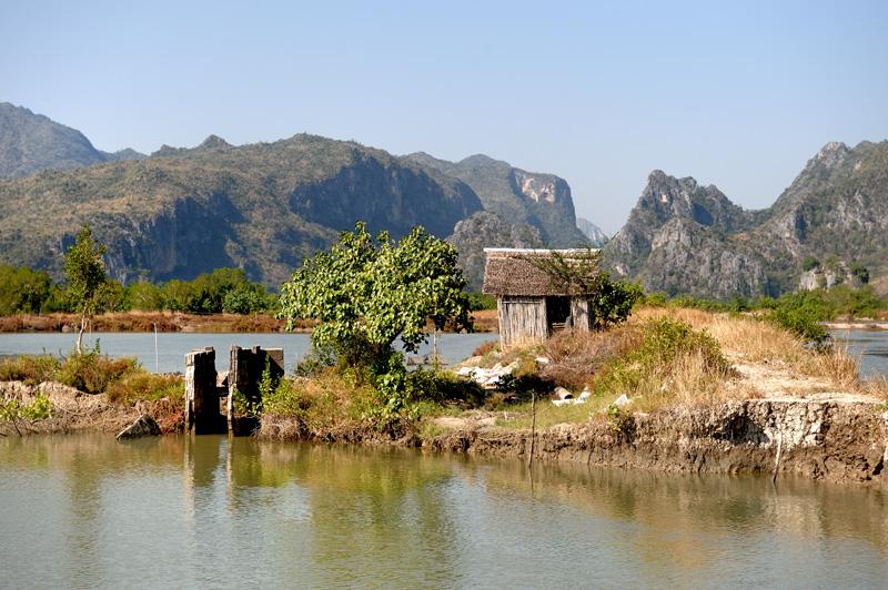 Шлюзы регулируют подачу воды на затопленные поля, использующиеся для выращивания креветок.