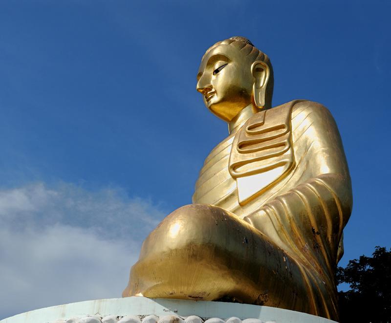 И, конечно же, над пляжем возвышается очередной самый большой Будда. Ну, если уж не самый большой, то как минимум самый носатый.