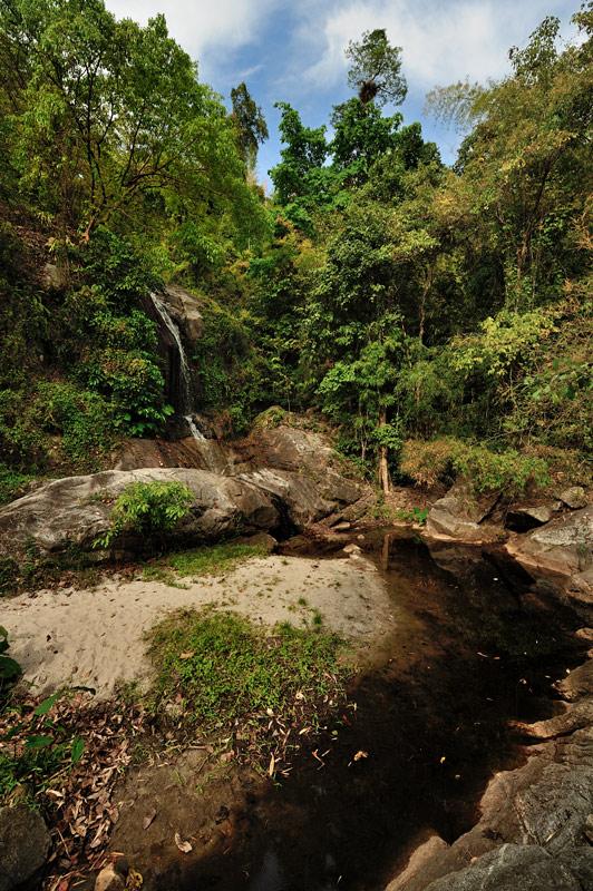 Один из мелких водопадов. В сезон дождей в водопад добавят воды, но тогда и добраться к нему будет значительно сложнее.