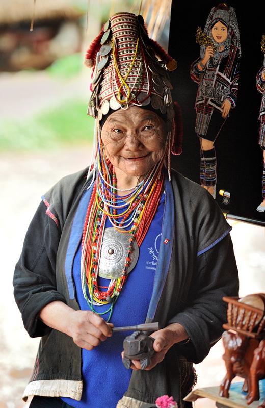 Представителей племени Ака (Akha) принято считать беднейшей народностью в Таиланде. Ведя кочевой образ жизни, аки в некоторых районах монополизировали торговлю деревянными лягушками, привлекая туристов пестрыми нарядами и необычными головными уборами. Считается, что именно это вызывает неприязнь оседлого местного населения.