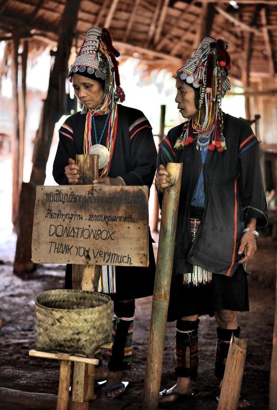 Но я-то знаю, что главная причина нелюбви тайцев к кочевникам — это совершенно неподражаемая музыка племени Ака. Выстроившись в ряд горцы сперва методично стучат бамбуковыми поленьями, после чего к дровяному хору присоединяются духовые инструменты. Завывающая с тональностью пилорамы визгливая дудка разрывает ваш мозг. Больше всего это похоже на изнасилование кошки бамбуковой палкой. Не удивляюсь, что за такое безобразие это племя Ростроповичей выгнали из Бирмы.