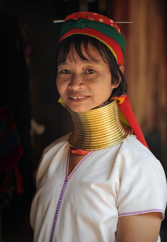 Представшее нашим взорам зрелище не обмануло самых смелых надежд — вот вам длинношеие дивчины из племени Падаунг (Padaung).