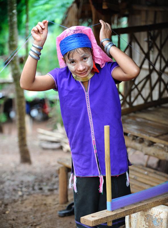 В свободное от полировки ошейников время, падаунгские женщины занимаются ткачеством и прочим рукоделием, мастеря шарфики веселенькой окраски и еще какие-то чехлы на туристов.