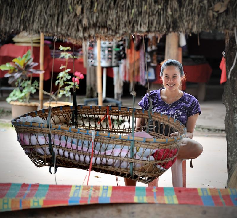 Для проникновения в Лаос достаточно пересечь на лодке Меконг. Скучающий под навесом пограничник не требует каких-либо документов и виз, ограничивая формальности продажей билетов на вход в Лаос.