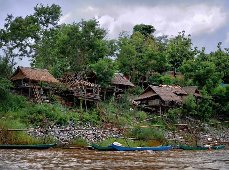 Причем не только со стороны коммунистического Лаоса, но и со стороны богатого Таиланда сложно разглядеть наследие былого опиумного могущества.