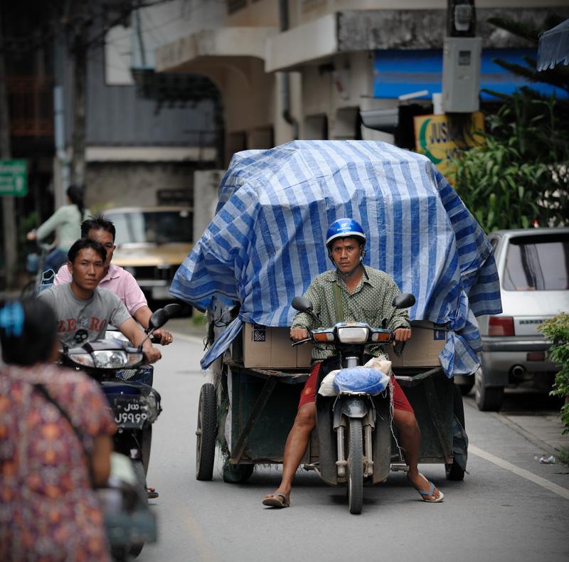 В Бирму везут всё, вплоть до питьевой воды в бутылях. Городишко Mae Sai — самая северная точка Таиланда, полон торговцев и челноков с тюками товара.