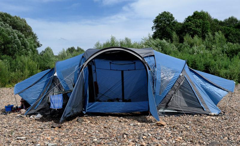 Немного отвлекусь от извилистой сюжетной линии рыболовного трактата, поблагодарив московских друзей за отличную палатку из тамошних магазинов. Шедевр французского палаткостроения явно конструировал человек, хорошо представляющий какой должна быть кемпинговая палатка.