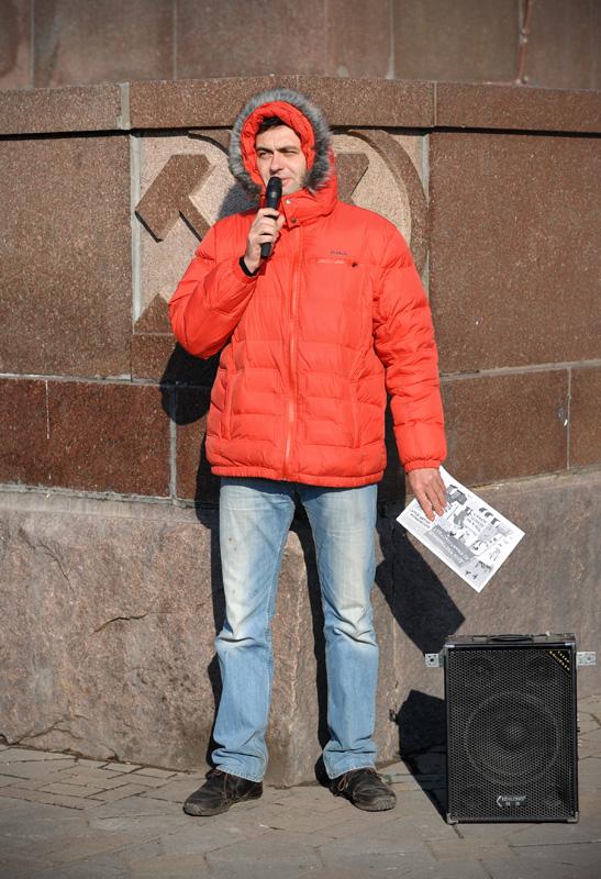 К 12 часам на центральной площади Владивостока стали скапливаться возмущенные граждане, вместо транспарантов вооруженные удочками.