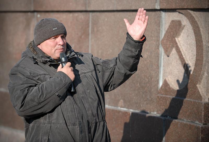Новая инициатива превзошла самые смелые ожидания, всколыхнув погрязшую в политической апатии страну. Даже скупой на митинги Владивосток, где половину от численности манифестантов обычно составляют бронзовые статуи монумента «Борцам за власть Советов», 20 ноября присоединился к всероссийской акции «В защиту рыбаков, рыбы и водоемов, против беспредела на воде!». Я же предлагаю вашему вниманию небольшой фотоотчет с места событий.