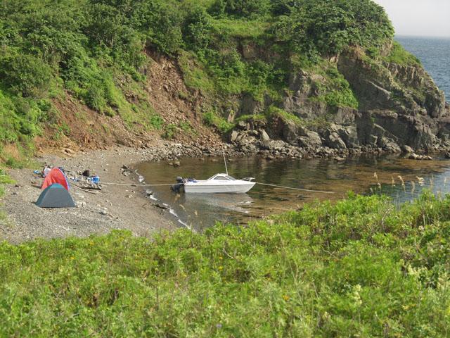 Взгромоздились компанией из пяти человек, да с огромной кучей барахла, на одну мою маленькую лодку.