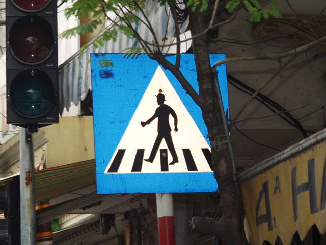 А этот они похоже скопировали в русском интернете со странички с знаками разных стран. Поскольку встретить вьетнамца в котелке, не проще, чем шимпанзе на мотоцикле. Впрочем, вьетнамец переходящий дорогу в установленном месте,               столь же редкое зрелище.