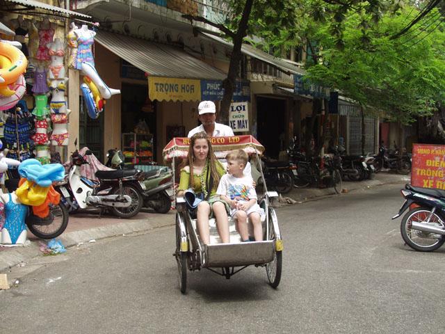 Мое семейство пользовалось услугами местных рикш. Абсолютное большинство фотографий снято мной тоже из кабины такого лисапедохода.