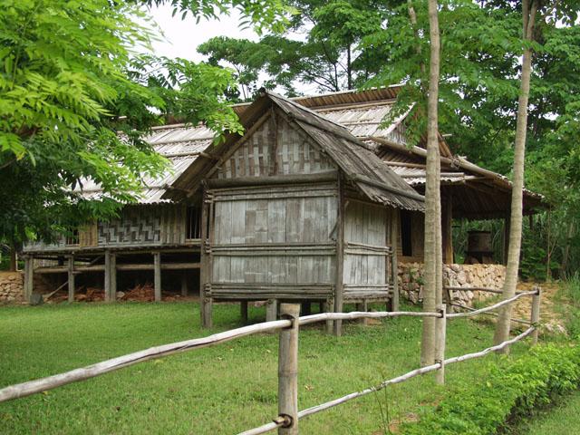 Образцы домостроения. Архитектура достаточно оригинальна, хотя и имеет весьма сарайный оттенок.