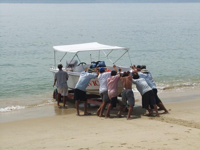 Для морских прогулок арендовали лодочку. Спуск на воду.