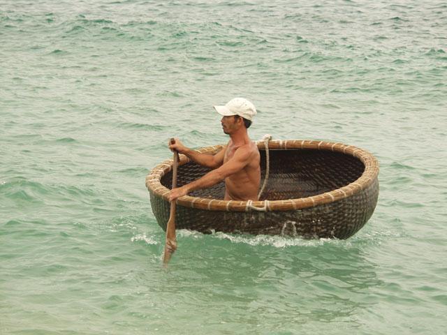 Причем тазиколодки используются не только в качестве тузиков. Ночами с них ловят кальмара в открытом море.