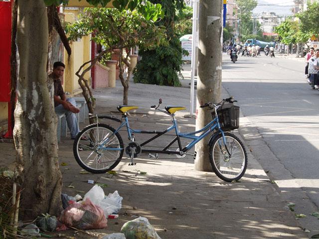 Среди велосипедов распространены вот такие тандемы. Их же можно взять напрокат. Врочем как и любой мотоцикл или автомобиль.