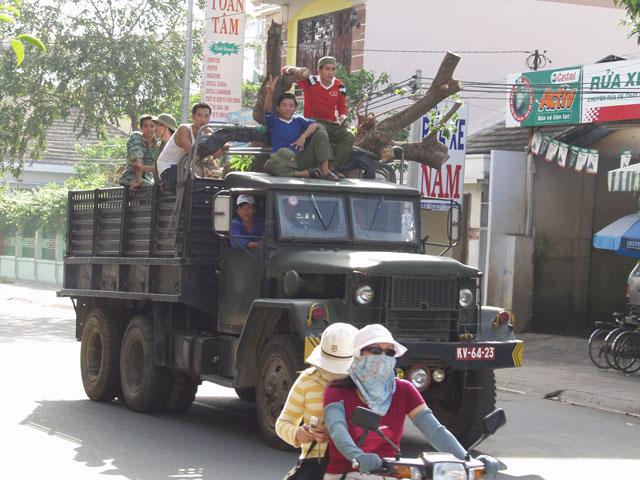 Армейский грузовик.