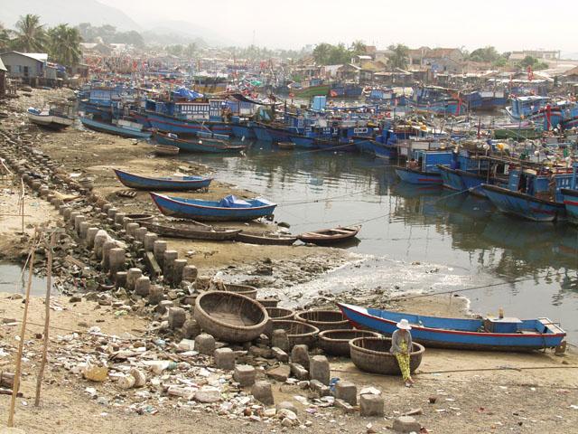 Это рыбацкие кварталы вдоль реки.