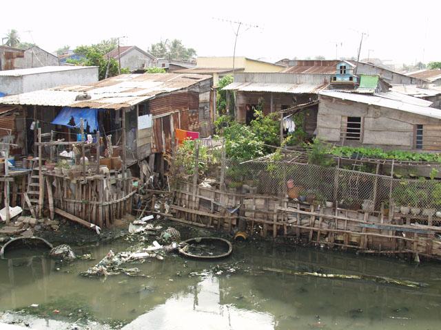 Дома построены прямо в воде на сваях. Срач редкостный.