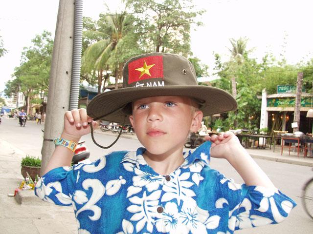 Прикупили Марку шляпу патриотического содержания.