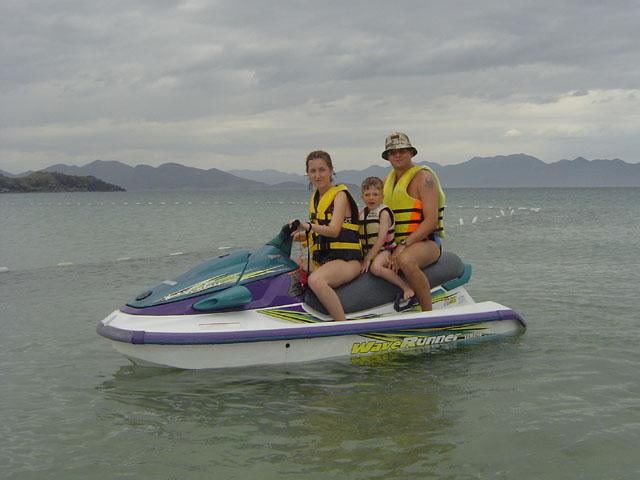 На гидроциклах взятых в прокате, можно совершать экскурсии по островам.