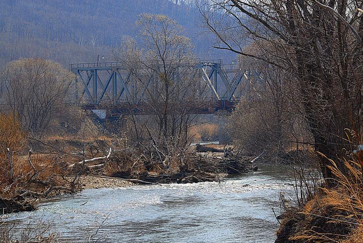 Событие регулярно происходит на туманных водах реки Шкотовка, в районе железнодорожного моста. По мосту весело шмыгают вагоны с паровозами, не давая забывать о близости цивилизации.