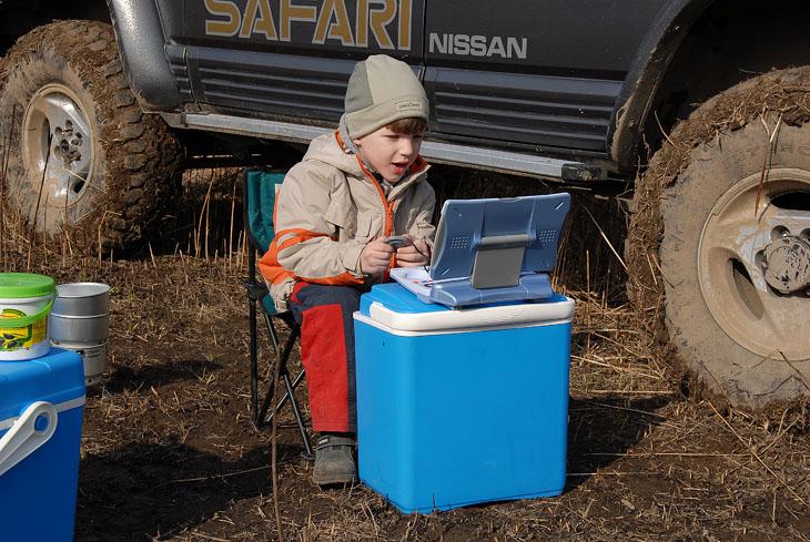 Молодежь однако озабочена лишь компьютером, причем даже на лоне природы.