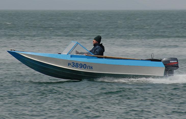 Попытки сфотографировать лодку на ходу, как обычно закончились полным провалом. Стоило вытащить фотоаппарат, солнце спряталось, а небо стало серым как кожа трупа.