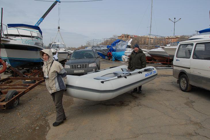 А это счастливое семейство Борисыча с новым гандоном. Для тех кто не в курсе поясню, Борисыч имеет хобби менять лодки чаще, чем мой младший детеныш памперсы.