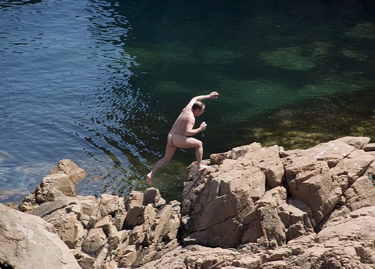 Обалдев от жары отдельные товарищи полезли купаться и вообще всячески прыгать по окрестным скалам.
