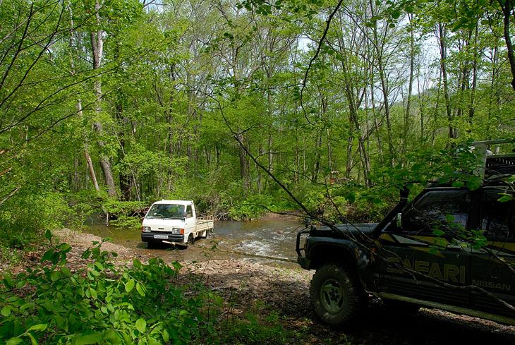 По дороге выуживаем из ручьев различную колесную технику.