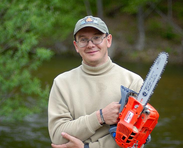 А собственно вот так выглядит миниатюрная бензопила в руках полноразмерного лесоруба.