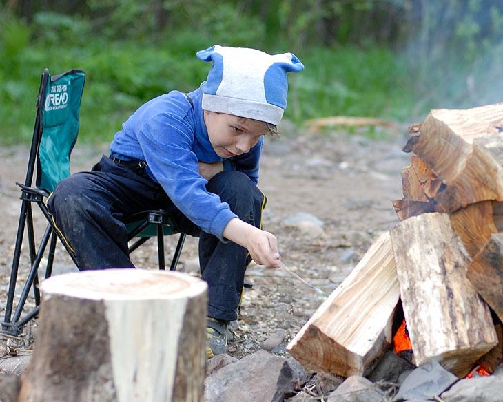 Дети плакали, обжигались, но продолжали лезть в костер.