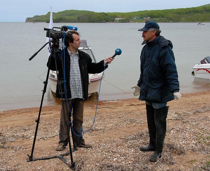 Георгич дает интервью. Объясняет на кой хрен мы приперлись чистить засранный берег.