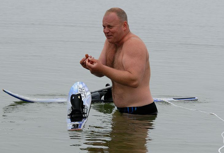 Максим показывает что и как у него отмерзло в холодной воде.