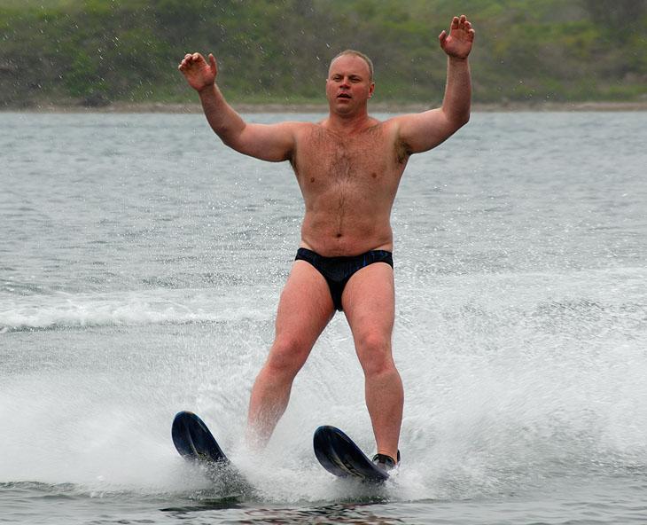 А научишься сам быстро бегать на лыжах по воде, тогда и к катеру привяжем.