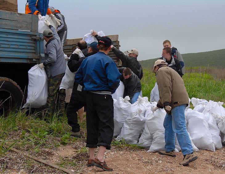 Загружаем добытый мусор в Камаз. Вот собственно и вся протокольная часть мероприятия.