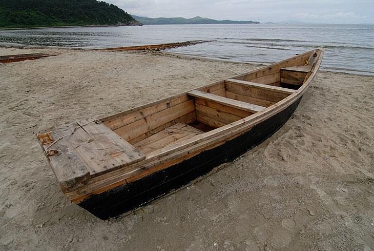 Рыбацкая лодка. Лодка гребная, причем гребут одним кормовым веслом вставленным в кормовую же уключину. По обводам — типичная дори.